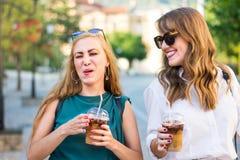 Glückliche Klatschmädchen, die in die Stadt gehen lizenzfreies stockfoto