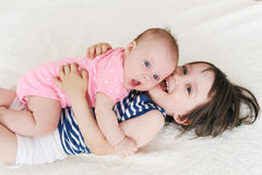 Glückliche kleine Kinder Bruder und Schwester Stockbilder