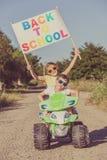 Glückliche kleine Kinder, die auf Straße zur Tageszeit spielen Sie driv Lizenzfreie Stockbilder