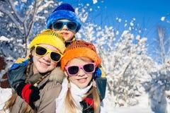 Glückliche kleine Kinder, die am Winterschneetag spielen Lizenzfreie Stockfotos