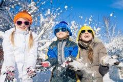 Glückliche kleine Kinder, die am Winterschneetag spielen Lizenzfreie Stockfotografie