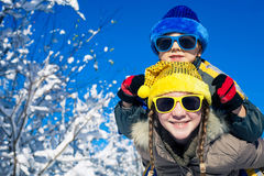 Glückliche kleine Kinder, die am Winterschneetag spielen Lizenzfreies Stockfoto