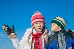 Glückliche kleine Kinder, die am Winterschneetag spielen Lizenzfreie Stockbilder
