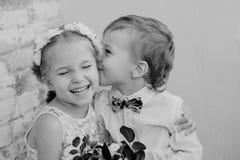 Glückliche kleine Kinderumarmung und -kuß Stockfotografie