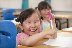 Glückliche kleine Mädchen, die Abbildung zeichnen Stockfoto