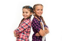 Glückliche kleine Schwestern Schönheit und Mode Kleine Kindermode Kindheitsglück Freundschaft und Schwesternschaft Kinder lizenzfreie stockbilder