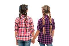 Glückliche kleine Schwestern Schönheitsmode Kleine Kindermode Kindheitsglück Freundschaft und Schwesternschaft Der Tag der Kinder lizenzfreie stockfotos