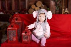 Glückliche Kleinkinder, die Sankt Hut tragen Lizenzfreie Stockfotos