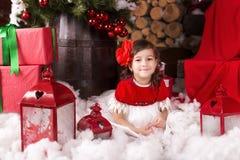 Glückliche Kleinkinder, die Sankt Hut tragen Lizenzfreie Stockfotografie