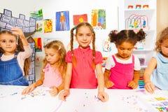 Glückliche Kleinkindmädchen mit Perlen in der Klasse Lizenzfreies Stockbild