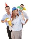 Glückliche Kollegen, die Partyspaß im Büro haben Stockfotos