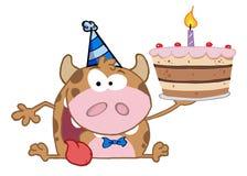 Glückliche Kuh, die einen Geburtstagkuchen anhält Stockfotografie