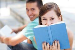 Glückliche Kursteilnehmer mit Büchern Stockfotografie