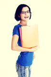 Glückliche Kursteilnehmerfrau mit Notizbüchern Lizenzfreie Stockfotos
