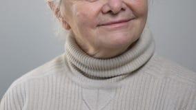 Glückliche lächelnde ältere Frau, die Lieblingsmusik, fühlend hört nostalgisch stock video