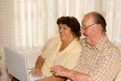 glückliche lächelnde ältere Paare lizenzfreies stockbild