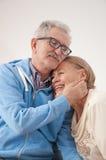 Glückliche lächelnde ältere Paare stockfotos