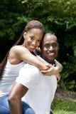 Glückliche lächelnde afrikanische Paare stockbild