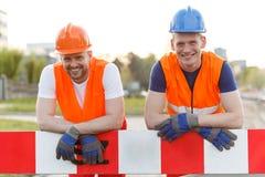 Glückliche lächelnde Bauarbeiter lizenzfreies stockfoto