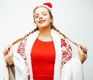 Glückliche lächelnde blonde Frau der Junge recht auf Weihnachten in rotem Hut und in Feiertag Sankt verzierte Plaid, Lebensstille Lizenzfreie Stockfotografie