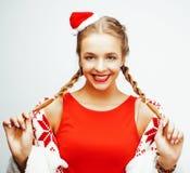 Glückliche lächelnde blonde Frau der Junge recht auf Weihnachten in rotem Hut und in Feiertag Sankt verzierte Plaid, Lebensstille Lizenzfreies Stockfoto