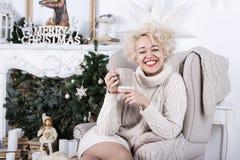 Glückliche lächelnde blonde reizende Frau Stockfoto