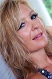 Glückliche lächelnde Blondine Stockfotografie