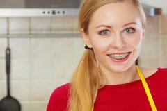Glückliche lächelnde Blondine, die Klammern haben Lizenzfreies Stockbild