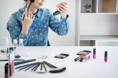 Glückliche lächelnde elegante Frau oder Schönheit Blogger mit Bürste auf reco Stockfotografie