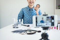 Glückliche lächelnde elegante Frau oder Schönheit Blogger mit Bürste auf reco Lizenzfreies Stockbild