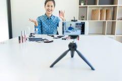 Glückliche lächelnde elegante Frau oder Schönheit Blogger mit Bürste auf reco Lizenzfreie Stockfotos