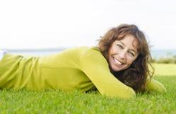 Glückliche lächelnde fällige Frau. Lizenzfreies Stockfoto