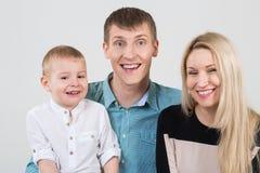 Glückliche lächelnde Familie stockfoto