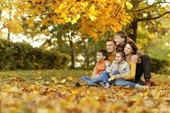 Glückliche lächelnde Familie Lizenzfreie Stockfotografie