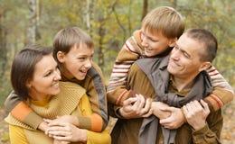 Glückliche lächelnde Familie Stockfotografie