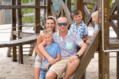 Glückliche lächelnde Familie mit drei Kindern Stockbild