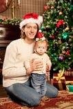 Glückliche lächelnde Familie nahe dem Weihnachtsbaum feiern neues Jahr Lizenzfreies Stockfoto