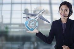 Glückliche lächelnde flache Flugreise Verkaufspersonenasiens für Kunden Lizenzfreie Stockbilder