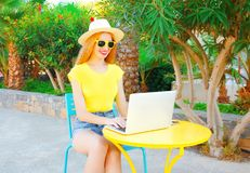 Glückliche lächelnde Frau arbeitet mit Laptop-Computer draußen Lizenzfreies Stockfoto