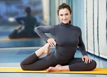 Glückliche lächelnde Frau an der gymnastischen Eignungübung Lizenzfreies Stockbild