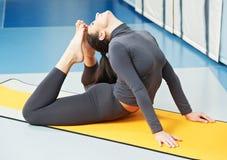 Glückliche lächelnde Frau an der gymnastischen Eignungsübung Lizenzfreies Stockbild