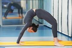 Glückliche lächelnde Frau an der gymnastischen Eignungsübung Lizenzfreie Stockbilder