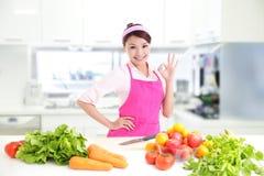 Glückliche lächelnde Frau in der Küche stockfotos