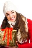 Glückliche lächelnde Frau, die Geschenk anhält Stockfotografie