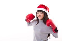 Glückliche, lächelnde Frau, die Hut X'mas Sankt, Boxhandschuhe trägt Lizenzfreie Stockbilder