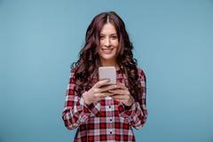 Glückliche lächelnde Frau halten beweglich und Plaudern stockbilder