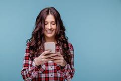 Glückliche lächelnde Frau halten beweglich und Plaudern lizenzfreie stockfotos