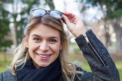Glückliche lächelnde Frau im Freien Lizenzfreie Stockbilder