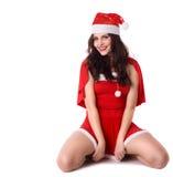 Glückliche lächelnde Frau im roten Weihnachtsreizvollen Kostüm stockfotografie