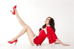 Glückliche lächelnde Frau im roten Weihnachtsreizvollen Kostüm stockbild